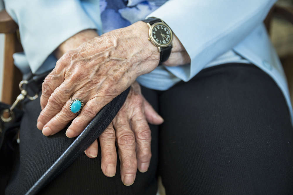 Residencia para mayores vs cuidadores a domicilio ¿cuál es la mejor opción?